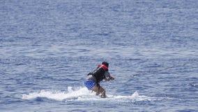 Mężczyzna wakeboarder przy morzem w lecie Obraz Stock