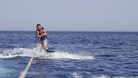 Mężczyzna wakeboarder przy morzem w lecie Fotografia Royalty Free