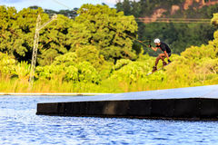 Mężczyzna Wakeboarding kombinezon Fotografia Stock