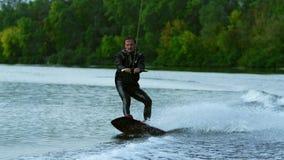 Mężczyzna wakeboarding na rzece Wodnego sporta aktywność w zwolnionym tempie zbiory