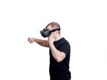 Mężczyzna walczy w wideo grą z rzeczywistość wirtualna szkłami zdjęcie stock