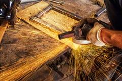 Mężczyzna warzy metal spawalniczą maszynę Zdjęcie Stock