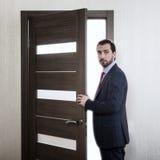 Mężczyzna wchodzić do drzwi obraz stock