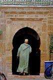 Mężczyzna wchodzić do jego do domu przy Medina Essaouira Zdjęcie Royalty Free