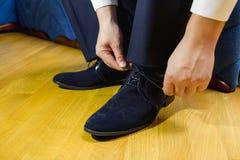 Mężczyzna wiąże czerń, patentowi rzemienni buty Obrazy Royalty Free