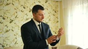 Mężczyzna wiąże krawat blisko okno w białej koszula Zakończenie zbiory