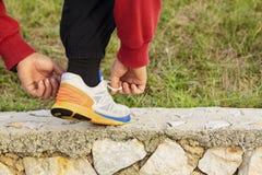Mężczyzna wiąże w górę działającego buta Zdjęcie Stock