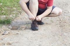 Mężczyzna wiązać obuwiane koronki na śladzie Fotografia Stock