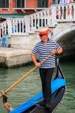 Mężczyzna wioślarska gondola w Wenecja, Włochy Zdjęcia Stock