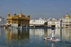 Mężczyzna wioślarstwo przy Amritsar Złotą świątynią Zdjęcia Royalty Free