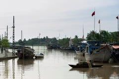 Mężczyzna wiosłuje łódź z siecią rybacką Zdjęcia Royalty Free
