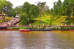 Mężczyzna Wiosłuje Jego łódź Szuka pasażerów Przy Kuching, Sarawak rzeka zdjęcie royalty free