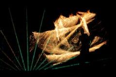 Mężczyzna wiruje płonącego sześcian obraz stock