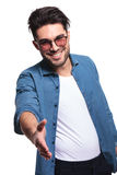 Mężczyzna wita ciebie z uściskiem dłoni Zdjęcia Stock