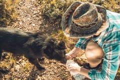 Mężczyzna woda pitna dla jego psa zdjęcie royalty free