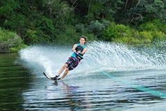 Mężczyzna wodny narciarstwo na jeziorze Fotografia Stock