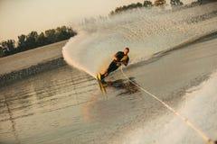 Mężczyzna wodny narciarstwo na jeziorze Zdjęcia Royalty Free