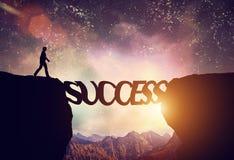 Mężczyzna wokoło chodzić nad urwiskiem na sukcesu słowa moscie
