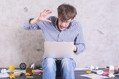 Mężczyzna wokoło uderzać laptop Zdjęcie Stock