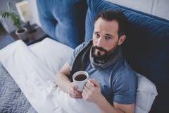 Mężczyzna woolen szalik w łóżku zdjęcie royalty free
