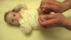 Mężczyzna Wręcza Masować Nowonarodzonego dziecka ciała zbliżenie 4K UltraHD, UHD zdjęcie wideo