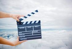 Mężczyzna wręcza mienie filmu clapper Reżysera filmowego pojęcie obrazy stock