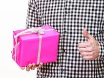 Mężczyzna wręcza mienie prezenta pudełko z kciukiem up wakacje Zdjęcie Royalty Free