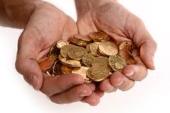 Mężczyzna wręcza pełno monety Obrazy Royalty Free
