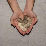 Mężczyzna wręcza trzymać rozsypisko euro monety tło, odgórny widok obrazy stock