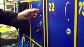 Mężczyzna wręczają otwierają bezpieczną komórkę w sklepu i wp8lywy paczkach 3840x2160 zdjęcie wideo