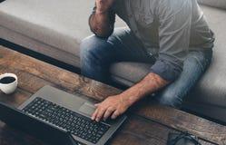 Mężczyzna wręczają pisać na maszynie tekst na laptop klawiaturze Obraz Royalty Free