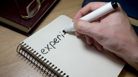 Mężczyzna writing doświadczenie przy notatką Wiedza i mądrość zbiory wideo