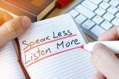 Mężczyzna writing Mówi mniej słucha więcej zdjęcie royalty free