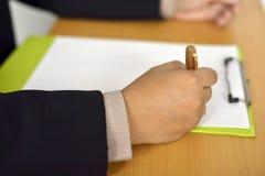 Mężczyzna Writing Na Pustym papierze Zdjęcia Stock