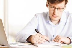 Mężczyzna writing w biurze Zdjęcie Royalty Free