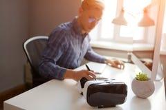Mężczyzna writing w biurze Zdjęcia Stock