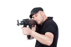 Mężczyzna wskazuje AK-47 maszynowego pistolet, odosobnionego Obrazy Stock