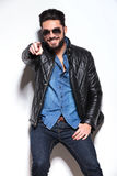 Mężczyzna wskazuje jego palcowego w skórzanej kurtce i okularach przeciwsłonecznych Fotografia Stock