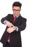 Mężczyzna wskazuje jego zegarek fotografia stock