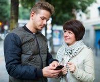 Mężczyzna wskazuje kierunek z smartphone zdjęcia royalty free