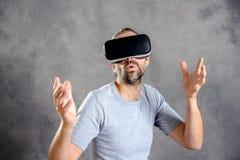 Mężczyzna wskazuje patrzeć zaskakujący z rzeczywistość wirtualna szkłami Obraz Royalty Free