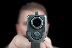 Mężczyzna wskazuje pistolet Obrazy Royalty Free