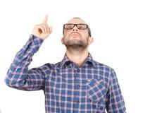 Mężczyzna wskazuje z palcem w górę patrzeć Obraz Stock