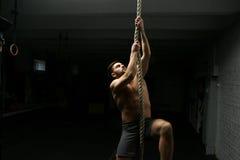 Mężczyzna wspina się ropę przy gym Obrazy Royalty Free
