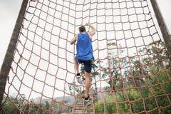 Mężczyzna wspina się sieć podczas przeszkoda kursu obrazy royalty free