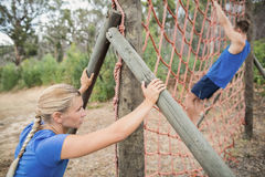 Mężczyzna wspina się sieć podczas przeszkoda kursu zdjęcia stock