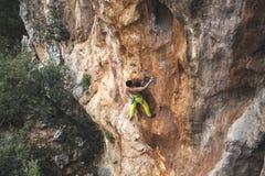 Mężczyzna wspina się skałę Zdjęcie Stock
