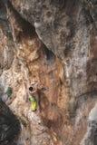 Mężczyzna wspina się skałę Zdjęcie Royalty Free
