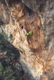 Mężczyzna wspina się skałę Obrazy Royalty Free