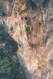 Mężczyzna wspina się skałę Obrazy Stock